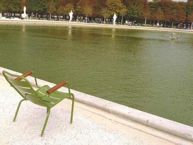 ルミエールアキ・フランス・パリ・公園のベンチ